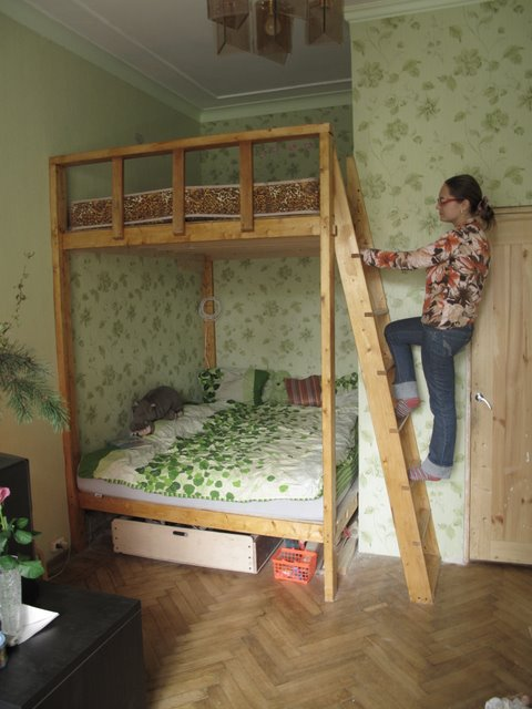 Кровать на втором ярусе внизу стол своими руками 17
